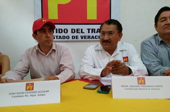 Candidato del PT (izq.) con los comisionados de su partido.
